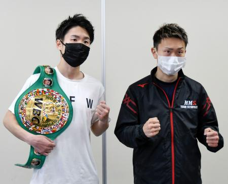 WBC世界ライトフライ級タイトルマッチの調印式に臨んだチャンピオンの寺地拳四朗(左)と挑戦者の久田哲也=22日、大阪市