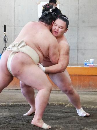 合同稽古で正代(手前)と相撲を取る朝乃山=両国国技館内の相撲教習所
