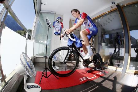 新型コロナウイルス禍で中止となったツール・ド・スイスの代替開催のバーチャルレースに自宅から参加するスイス選手=2020年4月22日、ナーテルス(ロイター=共同)