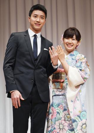 2016年9月、リオ五輪台湾代表の江宏傑さん(左)との結婚報告の記者会見を終え、撮影に応じる福原愛さん=東京都内のホテル