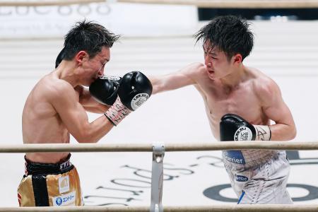 12回、久田哲也(左)を攻める寺地拳四朗。判定で下し8度目の防衛成功=エディオンアリーナ大阪