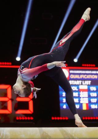 体操の欧州選手権で「ボディースーツ」を着用して女子の平均台を演技するドイツのザラ・フォス=21日、スイス・バーゼル(ロイター=共同)