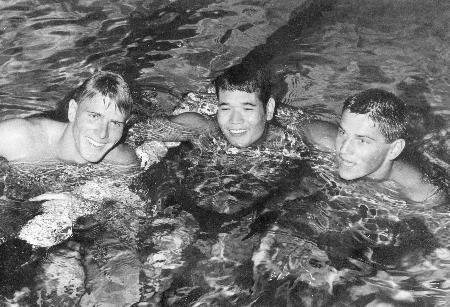 1960年のローマ五輪競泳男子400メートル自由形で3位のジョン・コンラッズさん(右)。中央は2位の山中毅さん、左は優勝したマレー・ローズさん(UPI=共同)