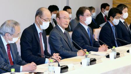 東京五輪・パラリンピックの新型コロナウイルス対策を検討する調整会議の第7回会合であいさつする杉田和博官房副長官(左から3人目)=28日午後、首相官邸
