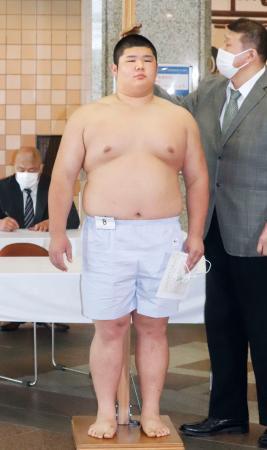 新弟子検査で身長を測る坂本博一=28日、両国国技館(日本相撲協会提供)