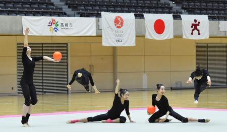 公開練習でボールの新演目を披露する新体操団体の日本代表=高崎アリーナ((C)Rimako Takeuchi)
