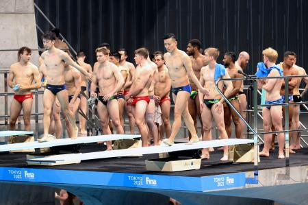 開幕した飛び込みのW杯で、競技の合間の練習時間に飛び込み台の上で密集する選手=1日、東京アクアティクスセンター