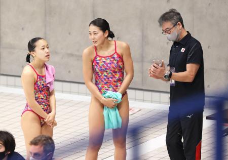 女子シンクロ板飛び込み決勝の演技を終え、松本コーチ(右)と話す榎本(中央)と宮本=東京アクアティクスセンター