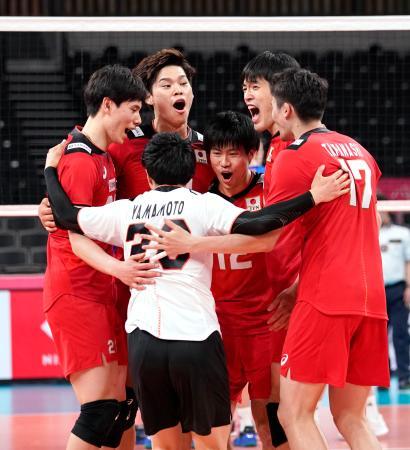 中国に勝利し、喜ぶ(奥左端から)高橋藍、西田ら日本=有明アリーナ