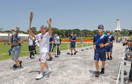 沖縄県糸満市の平和祈念公園で聖火ランナーを務めた宮城勇さん=2日午前