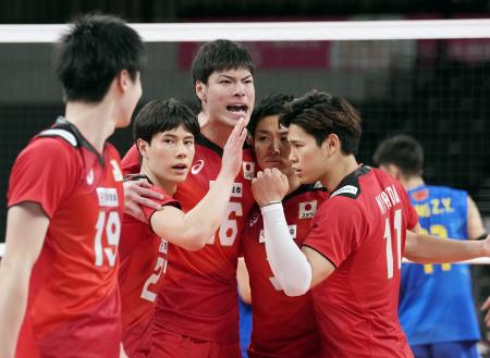 日本―中国 第4セット、得点を喜ぶ(左2人目から)高橋藍、高橋健ら。右端は西田=有明アリーナ