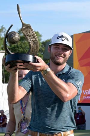 優勝トロフィーを掲げて喜ぶサム・バーンズ(米国)=2日、米フロリダ州パームハーバー(AP=共同)