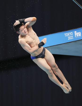 飛び込みのW杯の男子高飛び込み予選を15位で通過し、東京五輪代表入りを事実上決めた玉井陸斗の演技=3日、東京アクアティクスセンター