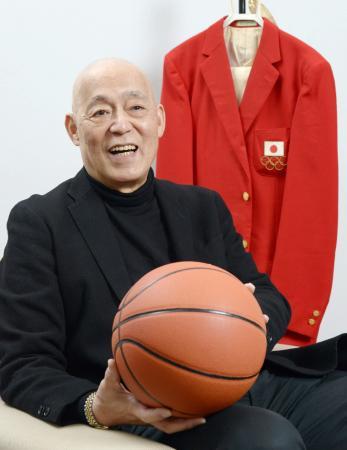 2018年1月、インタビューに答える谷口正朋さん。後方はミュンヘン五輪開会式で着用したジャケット