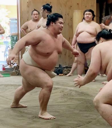 稽古で胸を出す宇良(左)=東京都墨田区の木瀬部屋(日本相撲協会提供)