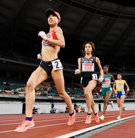 女子1万メートル 力走する(手前から)優勝した広中璃梨佳、2位の安藤友香。ともに東京五輪の参加標準記録を突破し、代表に決まった=静岡スタジアム