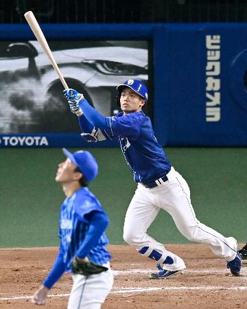 3回中日1死、根尾が右中間にプロ初本塁打となる満塁本塁打を放つ。投手大貫=バンテリンドーム