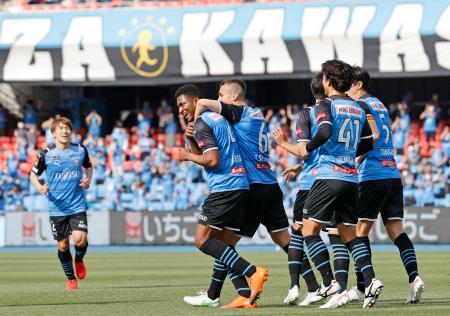 川崎―名古屋 前半、先制ゴールを決め、喜ぶ川崎・ジェジエウ(手前左端)=等々力