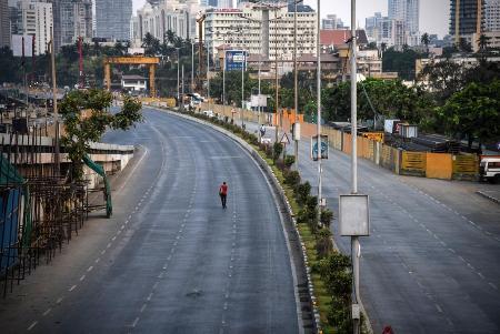 ロックダウン(都市封鎖)のため人通りが消えたインドのムンバイ=4月29日(ゲッティ=共同)