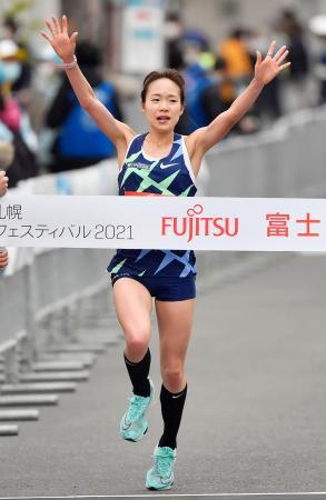 女子ハーフマラソン 1時間8分28秒で優勝した一山麻緒=札幌市