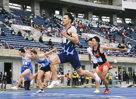 男子100メートル決勝 10秒71で優勝した山県亮太(手前)=ケーズデンキスタジアム水戸