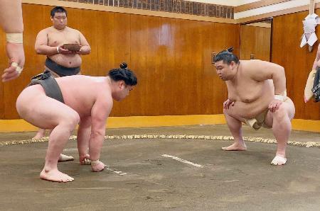 夏場所に向け調整する正代(右)=東京都墨田区の時津風部屋(日本相撲協会提供)