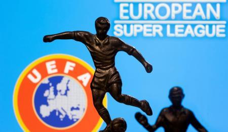 欧州サッカー連盟(UEFA)のロゴ(左下)と、欧州スーパーリーグのイメージ写真(ロイター=共同)