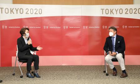 会談する東京五輪・パラリンピック組織委の橋本聖子会長(左)と世界陸連のセバスチャン・コー会長=7日、東京都中央区(代表撮影)