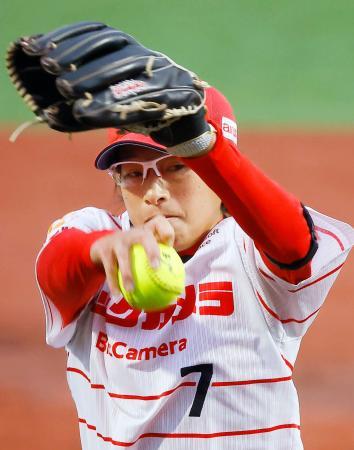 伊予銀行戦で復帰登板し、4回3失点だったビックカメラ高崎の上野=高崎市ソフトボール場