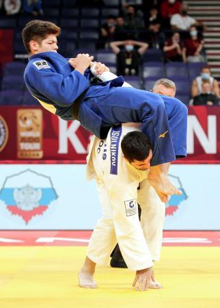 男子90キロ級準々決勝 ロシアのミハイル・イゴリニコフ(下)を攻める村尾三四郎=カザン(ロイター=共同)