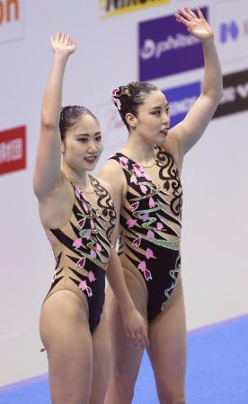 デュエット・テクニカルルーティンの演技を終え、手を振る乾友紀子(右)、吉田萌組=東和薬品ラクタブドーム