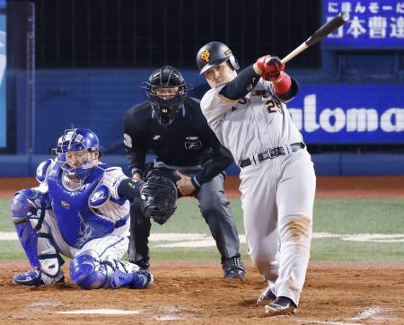 9回巨人2死一塁、岡本和が右中間に同点2ランを放つ。捕手戸柱=横浜
