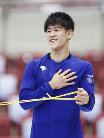 公式練習で笑顔を見せる橋本大輝=長野市ビッグハット