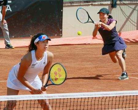 女子ダブルス準々決勝で台湾組に逆転勝ちした青山(右)、柴原組=ローマ(共同)