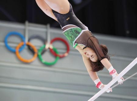 女子個人総合で優勝した村上茉愛の段違い平行棒=長野市ビッグハット(代表撮影)