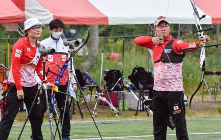 アーチェリーの混合エキシビションマッチに参加した東京五輪男子代表の古川高晴(右)と女子代表の早川漣(左)=静岡県掛川市