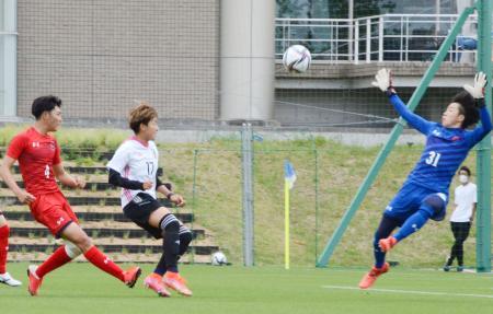 練習試合でループシュートを放つ菅沢(左から2人目)=福島県のJヴィレッジ