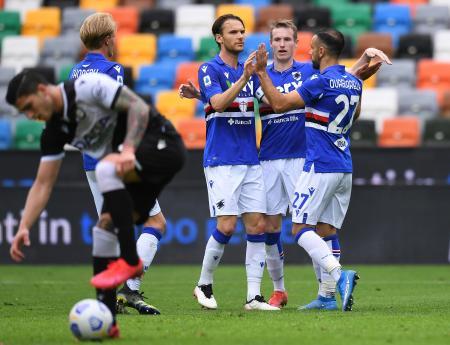 セリエAのウディネーゼ戦でゴールを喜ぶサンプドリアの選手たち=16日、ウーディネ(ゲッティ=共同)