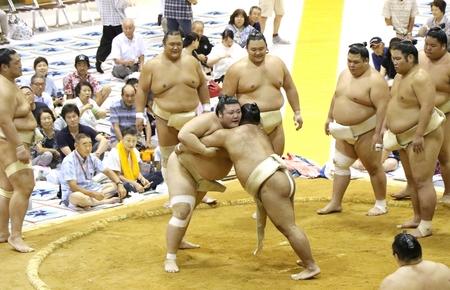 大声援の中で稽古する豊山関(中央)=3日、湯沢町