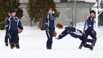 選抜21世紀枠候補の富良野高野球部 雪踏み固め外野手ノック