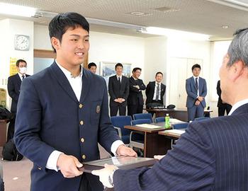 鶴岡東3年の佐藤要内野手に盾 日本学生野球協会の表彰選手