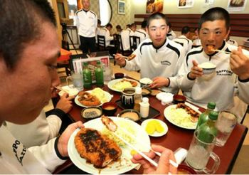 札幌第一の選抜勝利願い定食振る舞う 近くのとんかつ店