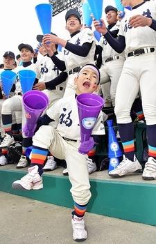 福井工大福井 アルプス席で踊る7歳の東島海人君