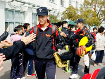 帝京第五(愛媛)「ようやったよ」 選手帰校、生徒ら出迎え