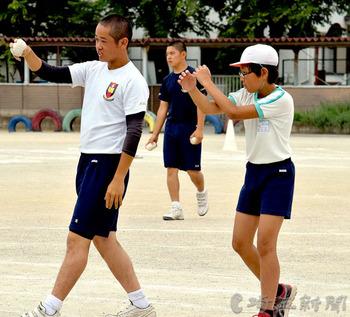 「頑張れ」応援に笑顔も 鷲宮高野球部、鷲宮小児童に指導