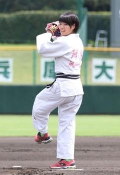 元阪神赤星氏からグラブ 阿部詩、兵庫大会始球式は苦笑い