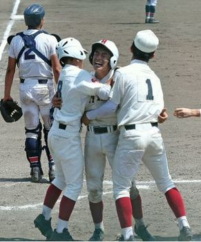 日田 被災地に元気 金丸「気持ちで決勝打」 大分大会