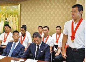 横浜 「日本一熱い夏に」知事に抱負を語る