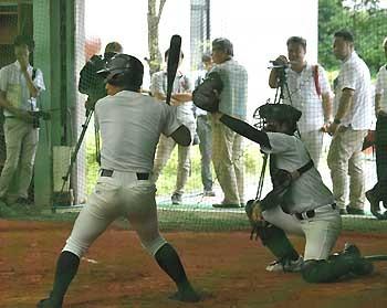 松商学園 いままで通りの野球を 室内練習場で調整