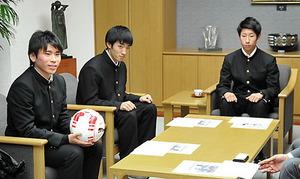 高校サッカー 山形中央高3選手ら山形新聞社など訪れ、意気込み